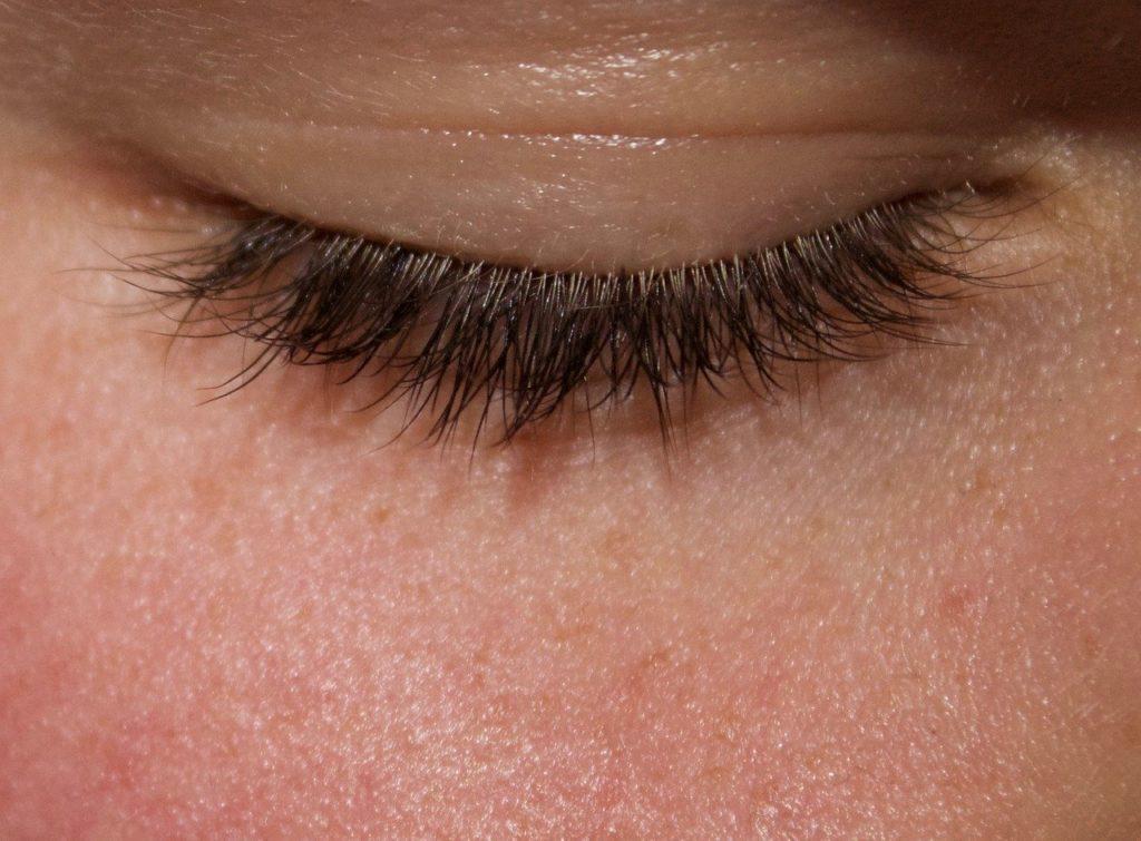 Volumentechniken bei Verlängerung der Wimpern
